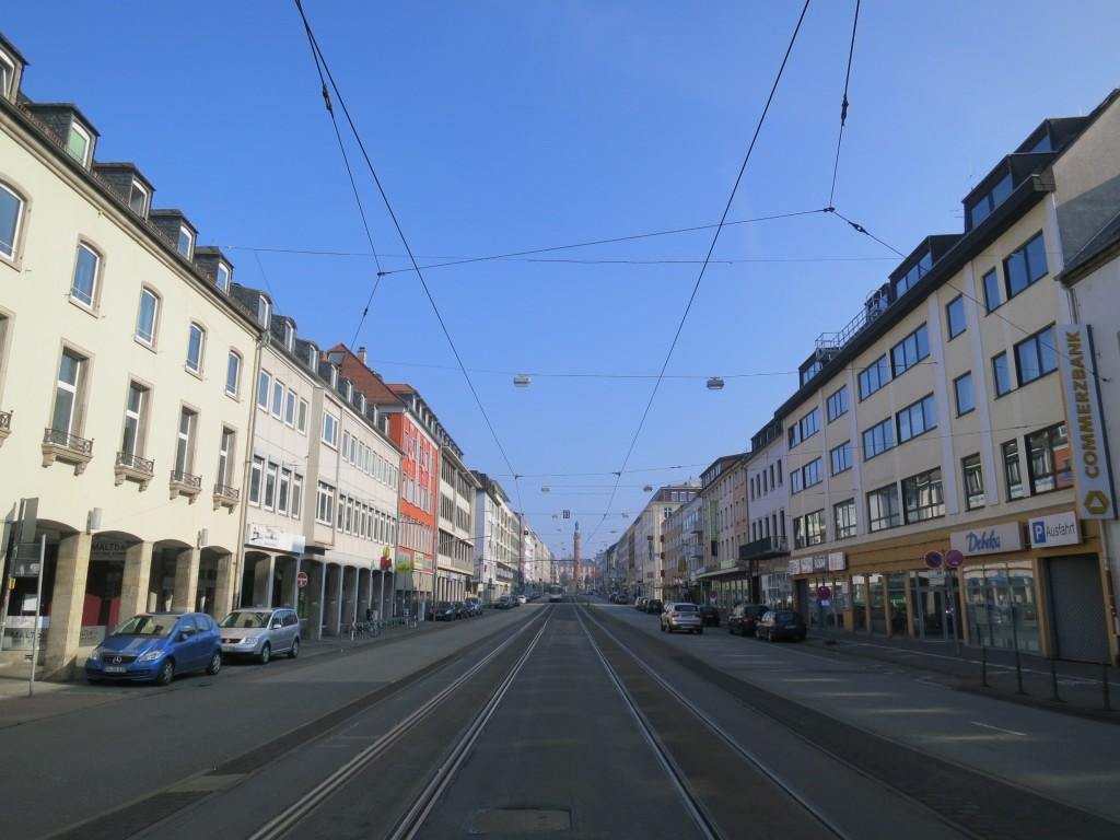Oberleitung in der oberen Rheinstraße. Die Straßenbeleuchtung ist oberhalb befestigt.