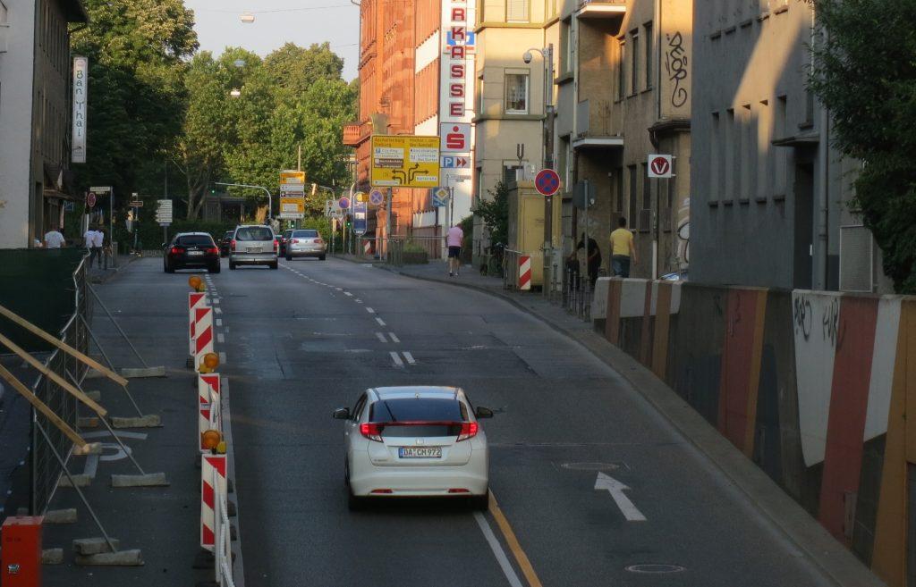 Hügelstraße von Westen aus gesehen. Hier ist es sehr gefährlich, die Fahrbahn zu queren.