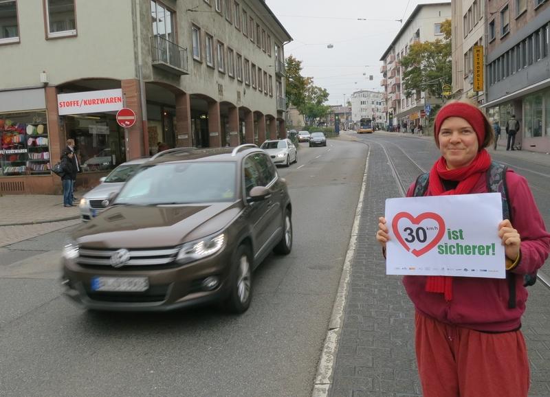 """VCD-Aktion """"Tempo 30 ist sicherer"""" an der Holzstraße."""